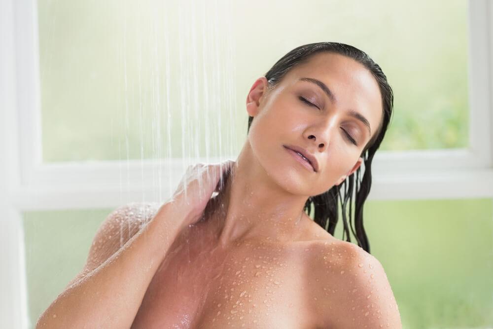 優しい水圧で乳首やクリトリスに当てる