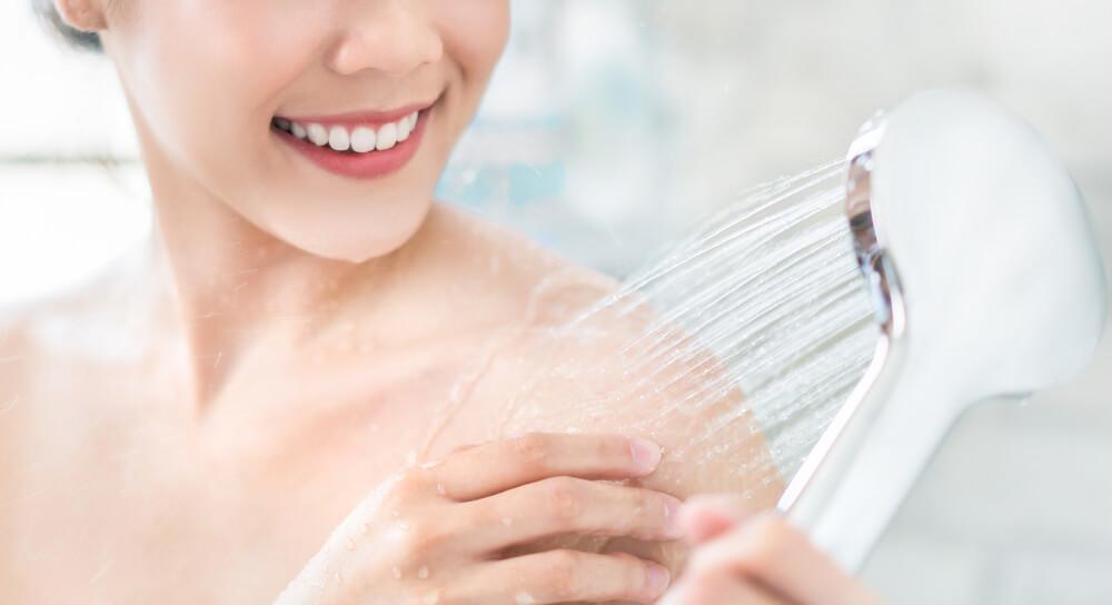 ④水圧を徐々にあげ、もう片手で性感帯を刺激する
